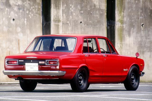 画像: 1969(昭和44)年2月21日に発表発売されたスカイラインGT-R(PGC10型)。いわゆる「ハコスカGT-R」だ。写真のモデルは初期型でフェンダーミラーやジャッキアップのポイントがバンパー部となっている。