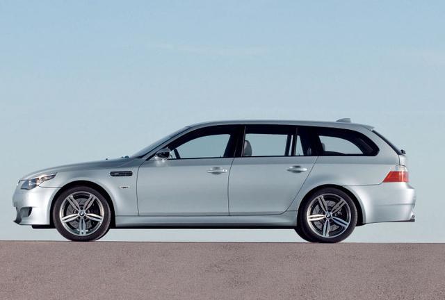 画像: M5セダンと比べると、車重は125kg、全高は43mm大きい。全長、全高は同じ。