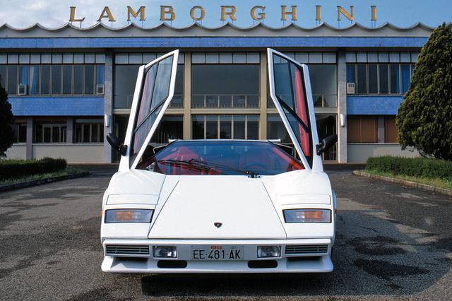 画像: 1985年に登場した、その名のとおり4バルブDOHCを搭載した「カウンタック5000クワトロバルボーレ」。