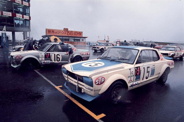 画像: 1972 富士300キロ スピードレース(1972年3月20日 富士スピードウェイ):富士GC第1戦のサポートレースながら、前年から持ち越しとなっていた待望の「GT-R、50勝」に注目が集まったこのラウンド。決勝グリッドの1-2位はNo.15 国光とNo.16 都平のGT-R。ロータリー勢のグリッド最上位は6位スタートの寺田陽次郎駆るNo.24 カペラ・ロータリー。