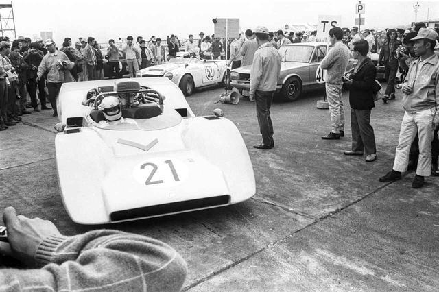 画像: 1969 日本グランプリ(1969年10月10日 富士スピードウェイ):このグランプリに3台のR382を投入した日産ワークス。6Lのモンスターの前に排気量で劣るトヨタ7もポルシェ917も敵わず、120周・720kmの長丁場を黒澤は砂子とのコンビで完全制圧する。2位はやはり北野 元/横山 達が駆るR382だった。スポーツプロトタイプから箱のレーシングカーまで、黒澤は高い開発能力とセッティング能力で1960年代〜1970年代初頭のサーキットを沸かせた。