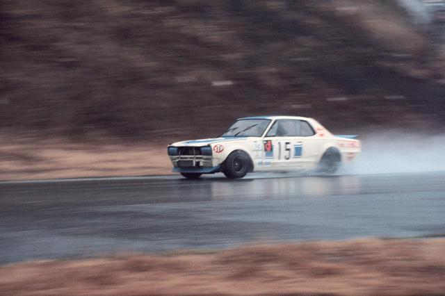 画像: 1972年富士300キロ スピードレース(1972年3月20日・富士スピードウェイ):豪雨でレースが15周から12周に短縮されるなか、激走するNo.15 高橋国光のGT-R。気迫の疾走で全車周回遅れにし、悲願のGT-R 50勝目を手に入れた。