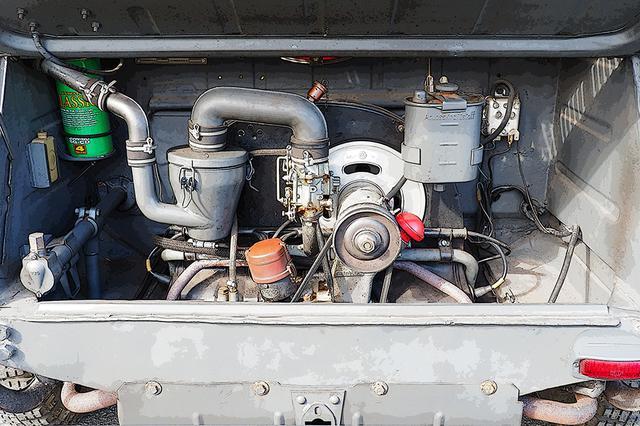 画像: おなじみVWの空冷フラット4 エンジンは23.5~25psと非力に感じるが、わずか725kgの軽量車体に不自由はなかった。同期に活躍したBMWのサイドカーより、悪路での走破性は高かったほどだ。