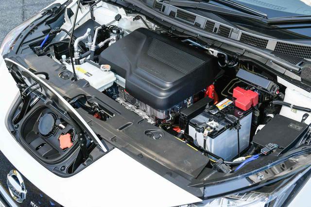画像: 日産 リーフ NISMOのボンネットを開けた先のモータールームに、赤い端子カバーとともに12V補機バッテリーが搭載されている。