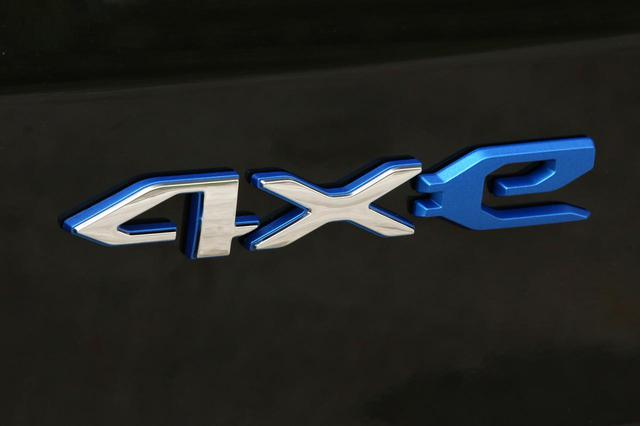 画像: レネゲード 4xeのエンブレム。4WDを意味する「4×4」を模したかのようなデザイン。4xeの「x」はエックスではなく「バイ」であり、正確にはフォーバイイーと発音するようだ。