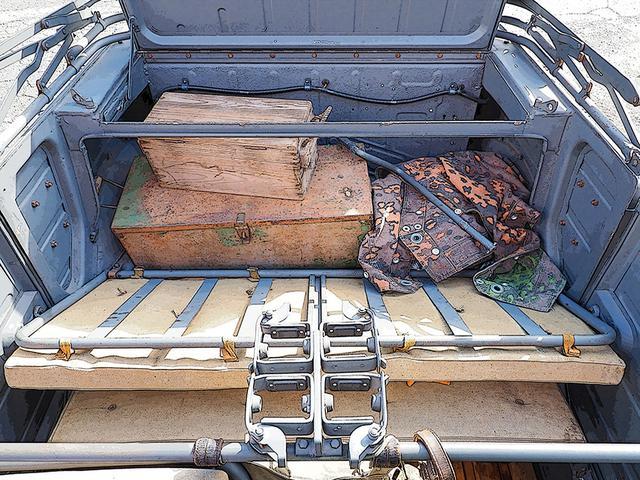 画像: 後部の大きなトランクは可倒式で、座席か後席上面からアクセスできる。トランクの上面と後面(エンジンカバー)のパネルは共通化されていて、破損時の互換性があると言う徹底ぶりだ。