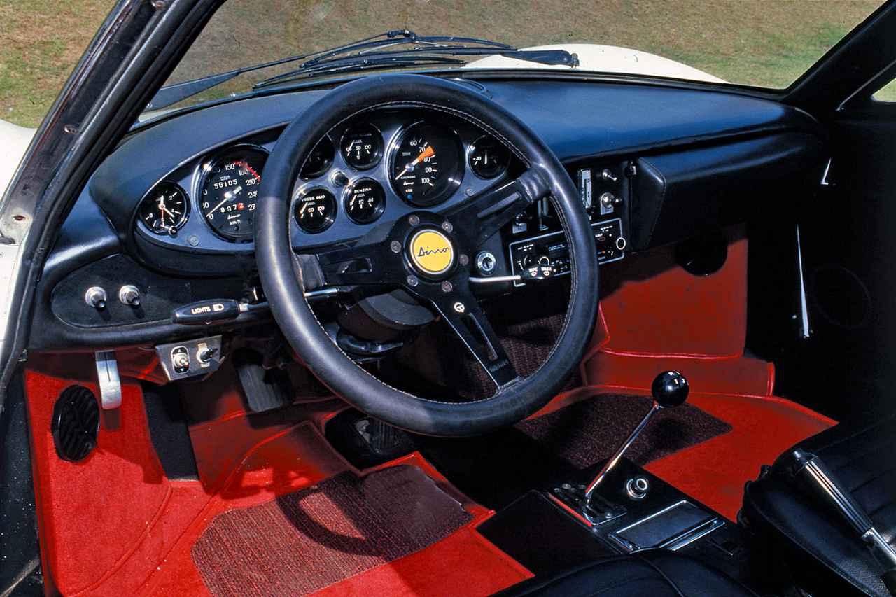 画像: 小さいとはいえ上質な設えはさすがフェラーリ。シートに収まり、エンジンに火を入れた瞬間からファン to ドライブの世界に誘われる。