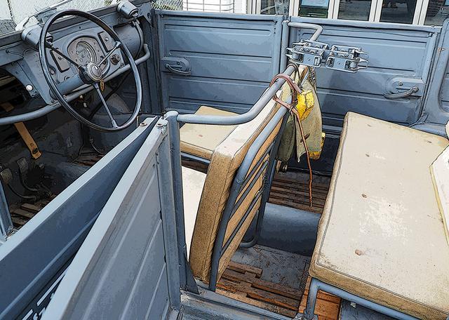 画像: 秀逸な乗員&積載空間! 車体中央に4枚ドアのヒンジと、小銃ラックを溶接した補強パイプがあるだけ。見かけよりソフトな座席クッションとシートフレーム。非常時は車中泊できるように脱着できる。