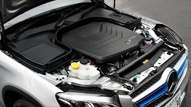 画像: ボンネットには燃料電池スタックなどの発電や駆動関連のシステムが収められている。
