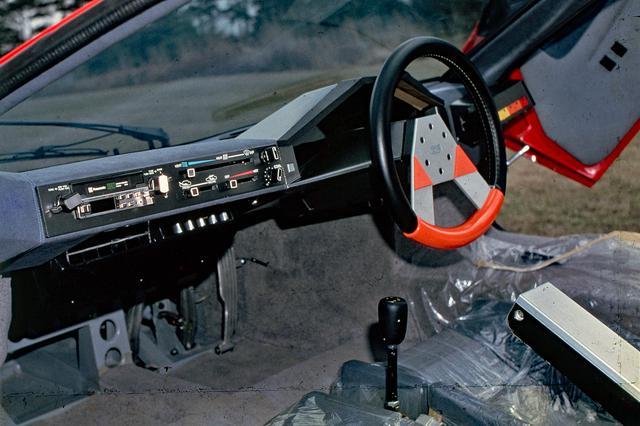 画像: インパネも直線基調でまとめられ、ステアリングのデザインも独特だった。メーターは国産車初のデジタル式を採用していた。