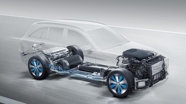 画像: 床下に2つの水素タンクを、モーターやバッテリーはリア両輪の間に配置する。
