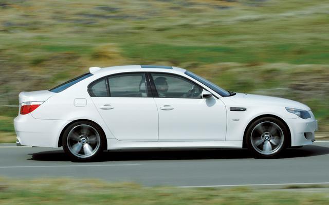 画像: 2004年に登場した5代目M5。M5専用サスペンションを装着しドライビングダイナミクスを実現するためランフラットタイヤやアクティブステアリングは採用されていない。