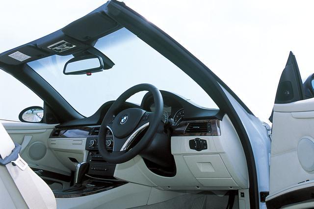 画像: 3シリーズの中にあってトップモデルと位置づけられる335iカブリオレだけにその仕様は豪華そのもの。インテリアは赤外線を反射する「サン・リフレクティブ・テクノロジー」による特殊レザーを使用、エアコンもカブリオレ専用のもので、オープン時でも車内環境に応じて温度や風量などを自動的にコントロール。