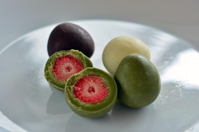 画像: 3種のチョコでフリーズドライのイチゴをコーティングした「いちごチョコレート アソートパック」。