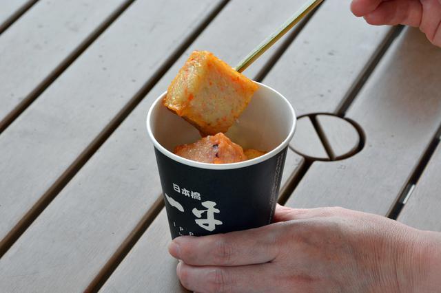 画像: 90年以上の歴史を持つ老舗おでん・和食店が手掛けた黄金出汁に揚げかまを浸して、出汁と一緒にいただきます。