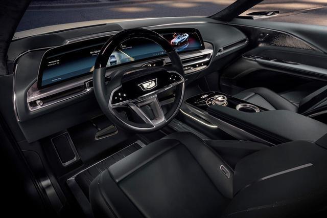 画像: ドライバーの前面に構える33インチのディスプレイが目を惹くキャデラック リリックのコクピット。