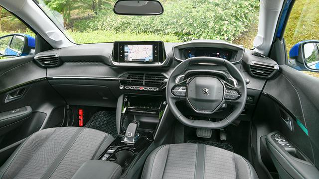 画像: 運転中に視線移動を最小限に抑える3D i-コクピット。それに組み合わされる小径ハンドルはすっかりプジョーのアイコンとなっている。タッチスクリーンは7インチを装備。