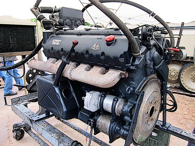 画像: 復元後試運転する、タイガーIIやパンサー戦車に搭載された後期型のHL230-P30。45トンのパンサーはともかく、70トンを超えるタイガーIIの心臓としては、外観からして心細い。ガソリンエンジンなのは、軽量高出力な航空機エンジンがベースであり、燃料共有化のため。これは英米戦車も同じだ。
