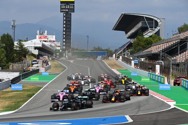 画像: スペインGPのスタート。ポールのハミルトンが好ダッシュを決める一方、2番手ボッタスが遅れ、フェルスタッペンが2番手に浮上。