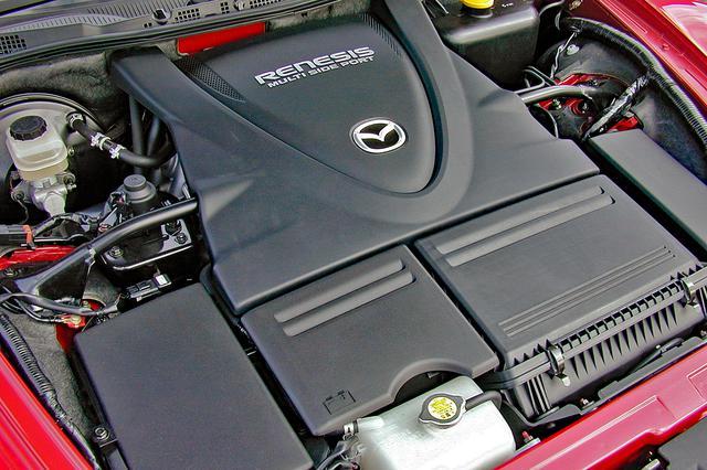 画像: コンパクトな新世代ロータリーエンジン「RENESIS」の本体は、ローターをモチーフにしたカバーに覆われていて見えない。