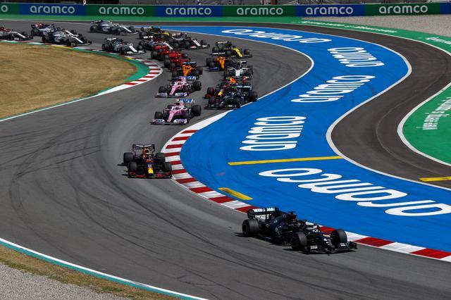 画像: スペインGPのスタート。早くもハミルトンとフェルスタッペンが抜け出し、一騎討ちの展開へ。