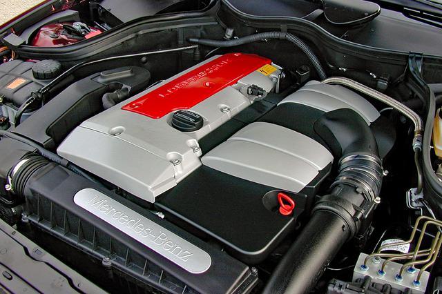 画像: スーパーチャージャー付きのC200コンプレッサーのエンジンは、ヘッドカバーの赤が鮮やかだ。