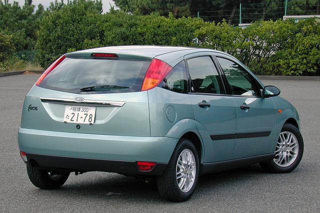 画像: 外観は1.6Lエンジン搭載車とほとんど変わらない。ニューエッジ デザインはリアビューも独特だ。