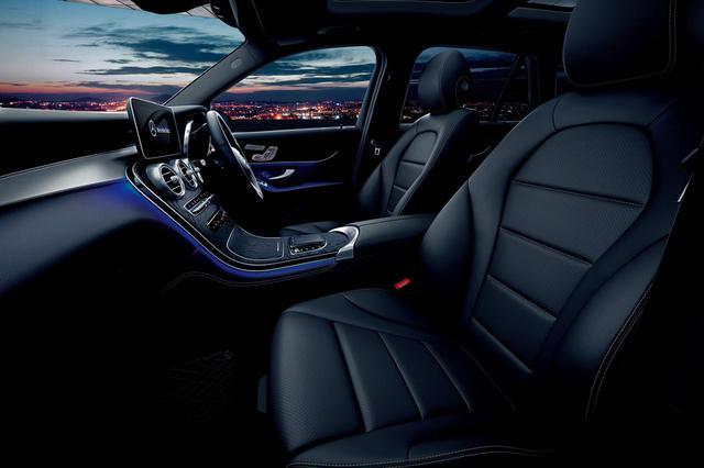 画像: この限定車はすべて右ハンドル。また、ブラックのレザーARTICOシートとサンルーフも特別装備されている。