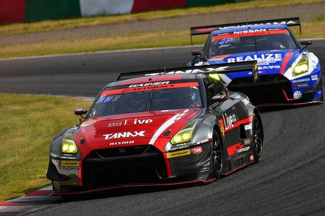 画像: トップ11号車の背後に迫った56号車GT-Rだが、最後はラフなファイトが自滅を招くことになった。