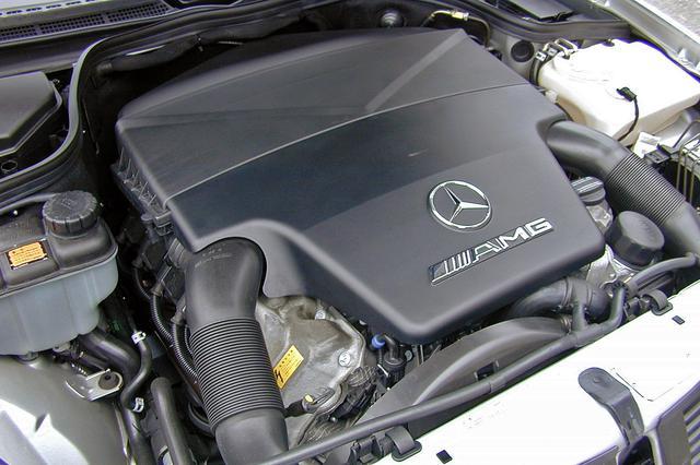 画像: 他のAMGモデル同様、5.5LにアップされたV8を搭載。例によって巨大なカバーに覆われてエンジン本体はほとんど見えない。