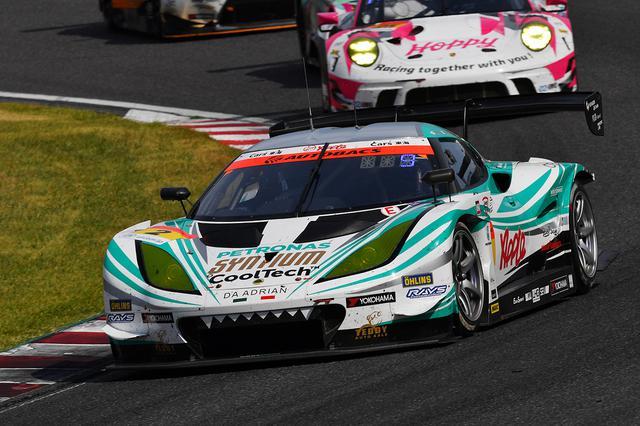 画像: ファイナルラップに柳田真孝がベテランの技を見せ2台を交わし、2号車ロータスが表彰台を獲得。