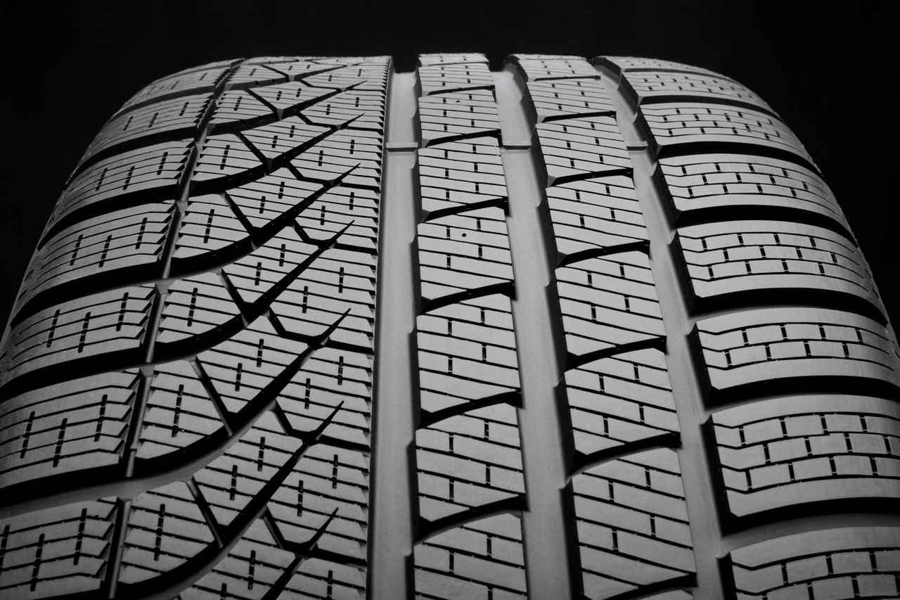 画像: 自動車メーカーとの共同開発によって誕生した、左右非対称のトレッドパターンを持つピレリ P ZERO WINTER。