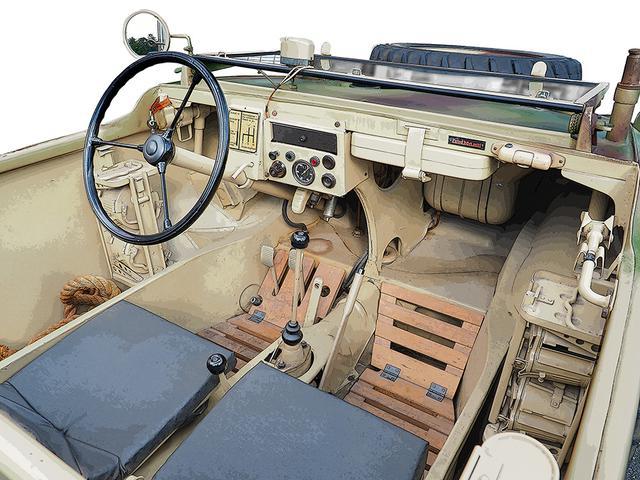 画像: 水陸両用/4WDの割にシンプルな計器と操縦系。重量バランスのため全体が中央に集約されている。ボンネット下の燃料タンクは、25L×2を左右対称に配置。右端の柱状の物は、MG34機銃のマウント。ボディ外殻と座席の間に弾倉ラックがある。