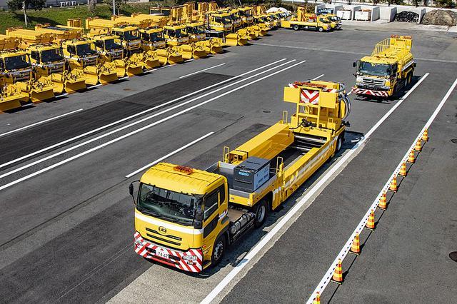画像: 走行状態のハイウェイ・トランスフォーマーのイメージ。後方は防護車両。
