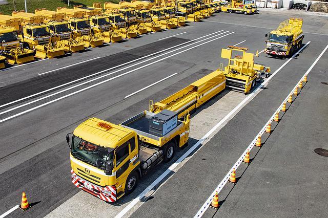 画像: 作業状態のハイウェイ・トランスフォーマーのイメージ。後方は防護車両。