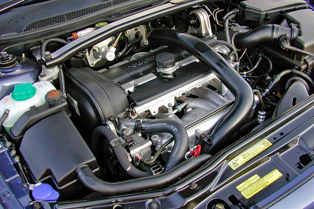 画像: これは2.4Tだが、T-5もエンジン外観はほとんど変わらない。直5の横置きなのでエンジンルームの左右はいっぱい。