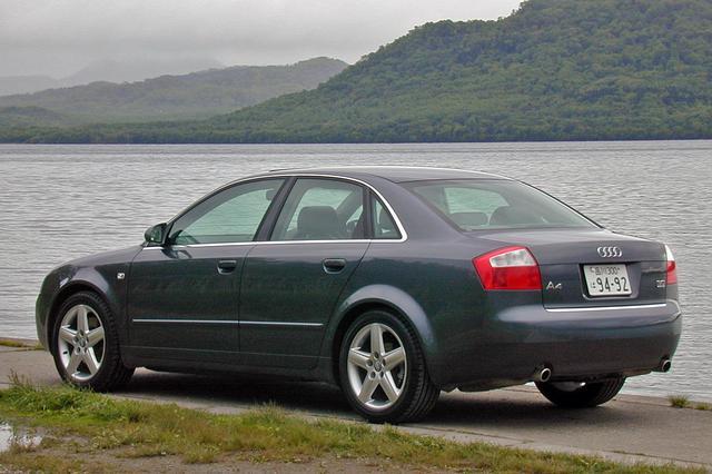 画像: 3.0 クワトロスポーツの車高は他モデルより15mm低められている。テールパイプは左右出しになる。