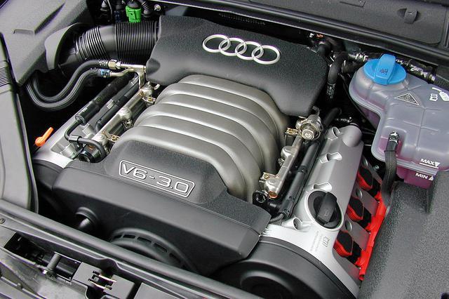 画像: エンジンをカバーで覆わず本体をちゃんと見せて、しかも見ることを意識したデザインがされているのは、さすがアウディだ。