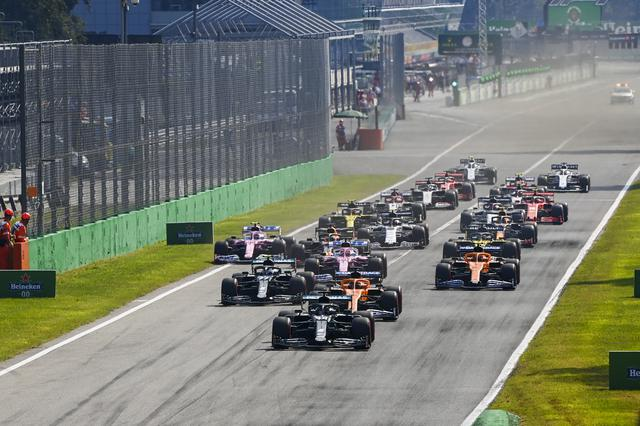 画像: イタリアGPの決勝スタート。ポールポジションからルイス・ハミルトン(メルセデスAMG】がリードを広げて行く。波乱が起きる19周目まではハミルトンのレースだった。