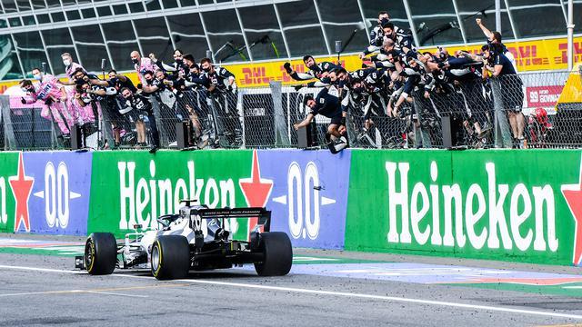 画像: 赤旗再スタート後トップに立ったピエール・ガスリーは、カルロス・サインツ(マクラーレン・ルノー)の猛追を抑え切ってトップのままチェッカーを受けた。
