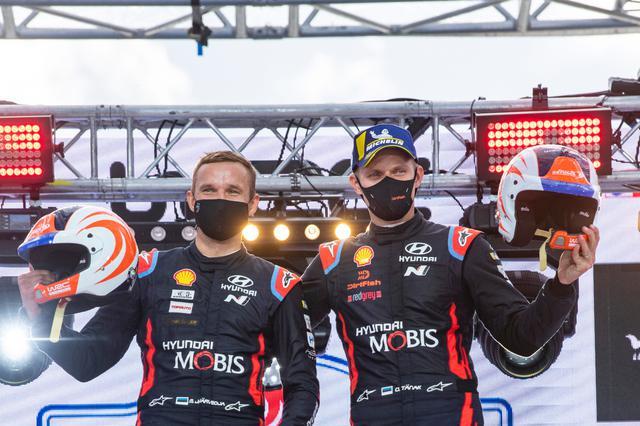 画像: 地元エストニアで優勝、チャンピオンに向けて絶好の再スタートを切ったオィット・タナック(右)とマルティン・ヤルベオヤ。