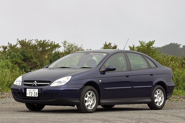 画像: タイヤ&ホイール以外、3Lとは外観はほとんど変わらない2Lの「2.0」。価格は316万円と、このクラスとしてはかなりお買い得。
