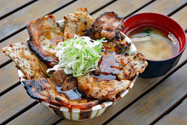画像: 「上州ぽ~く亭」の「溶岩焼きロース・バラ豚丼」(1210円)。2種類の豚肉をリンゴをたっぷり使った甘辛タレでいただく。