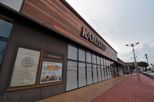 画像: 上里SA(上り)は2016年4月にリニューアルし、地域色を活かしたSA「ドラマチックエリア上里(上り)」としてオープンしている。
