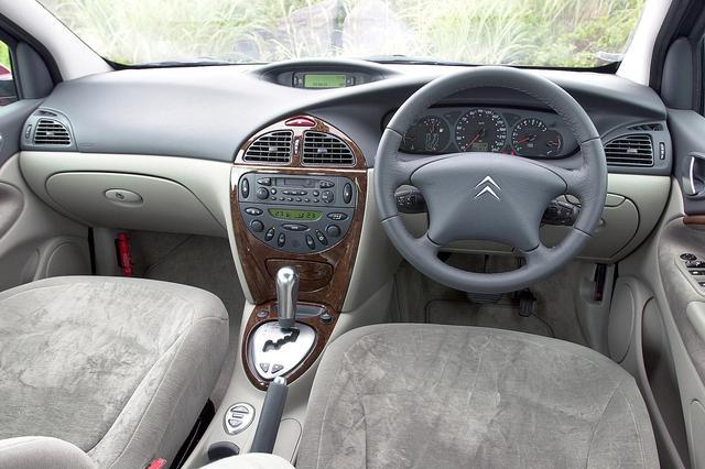 画像: 3Lはウッド調パネルや革巻きステアリングを採用。インパネ上部のディスプレイは、車高の状態やさまざまな情報を表示する。