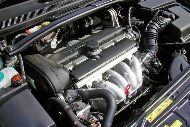 画像: エンジンマネージメントの変更のみでデチューンされた2.5Lの直5 DOHC。5速ATとの相性も良く、パワー的には必要十分だ。