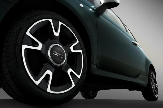 画像: フィアット500マヌアーレ ピゥ チエロに装着される16インチアルミホイールで、タイヤサイズは195/45R16。ボディ同色のサイドスカートも採用される。