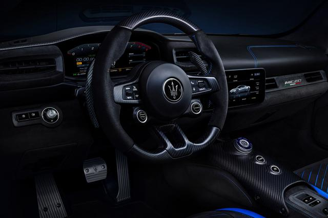 画像: ドライバー中心に操作しやすいようにデザインされたインテリア。