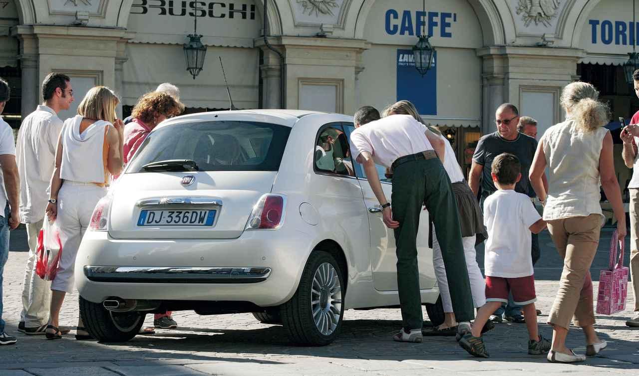 画像: 街中に新型フィアット500を駐めておくと、すぐにご覧のような人だかりができた。トリノ市民の誰もが、このニューモデルのデビューを待ち望んでいたようだ。