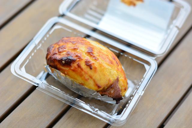 画像: 「ロイヤルのスイートポテト『紅寿』」(370円)。表面が焼き芋風になっているスイートポテト。